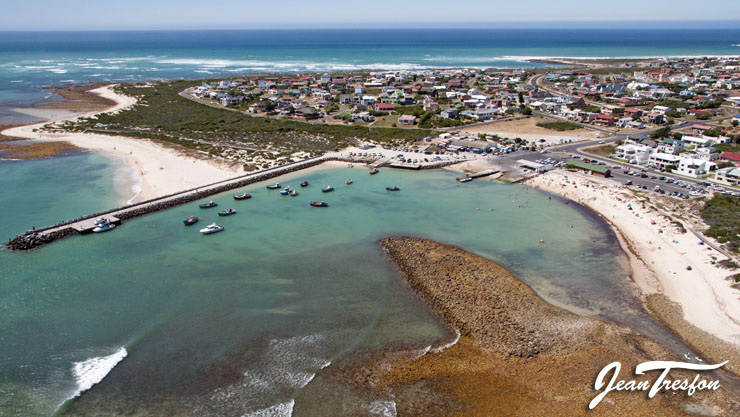 Fishing boats at rest in the picturesque harbour at Struisbaai | ©Jean Tresfon
