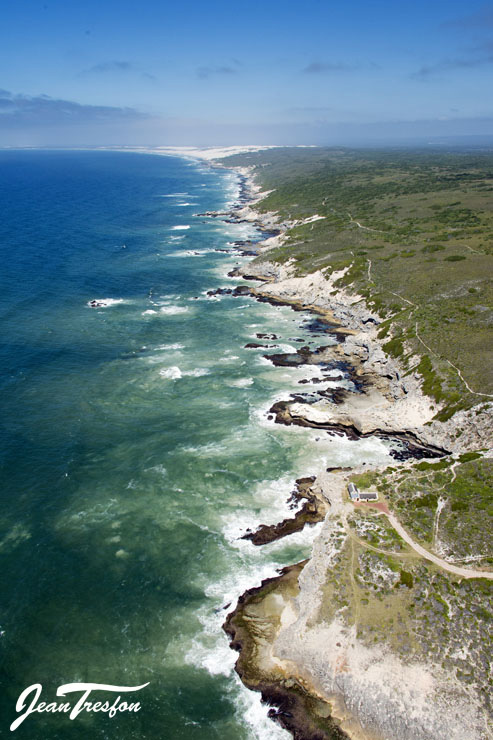 The magnificent and dramatic De Hoop coastline, home of the Whale Trail | ©Jean Tresfon
